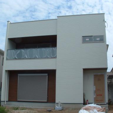 LTみよし分譲住宅の施工状況(ベランダ手摺取付、クロス下地処理施工)